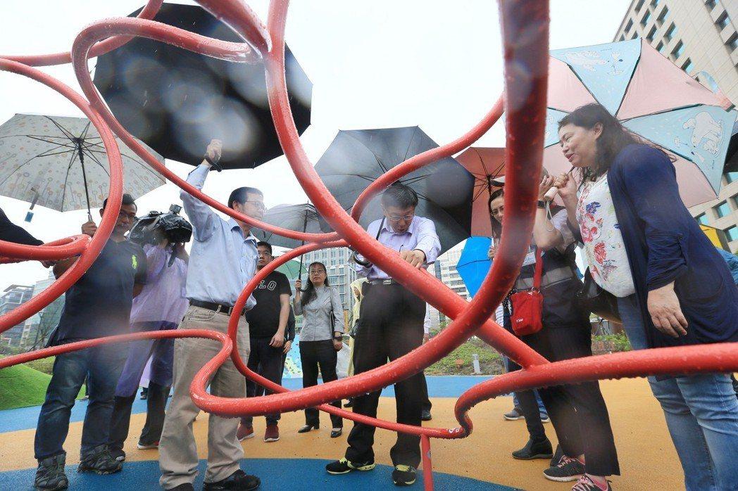 內湖科技園區大港墘公園,完成第一階段1.8公頃範圍的開闢,台北市市長柯文哲(中)上午前往參加完工啟用活動,視察公園內的共融遊戲場。記者林伯東/攝影