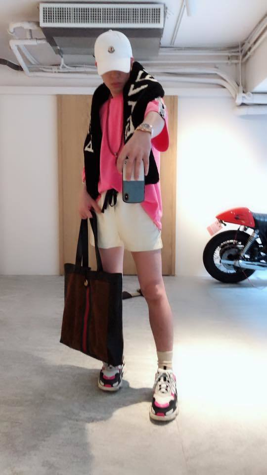 蕭敬騰穿短褲露出一雙白皙腿。圖/摘自臉書