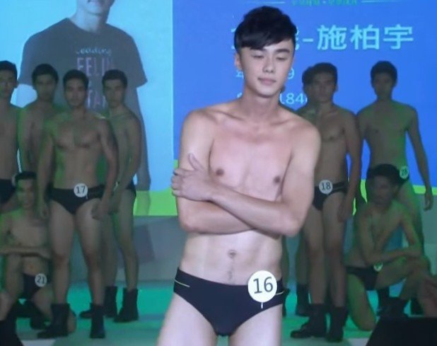 施柏宇僅穿泳褲走秀照。圖/擷自YouTube