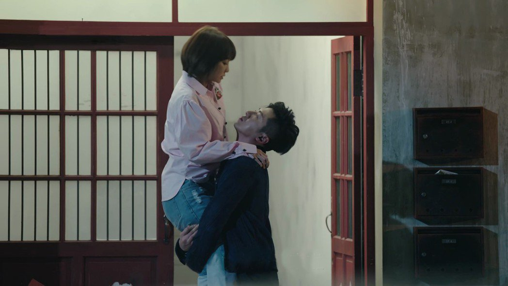 李國毅(右)抱起謝欣穎竟頭冒青筋。圖/歐銻銻娛樂提供