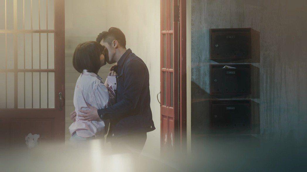 李國毅(右)與謝欣穎上演浪漫吻戲。圖/歐銻銻娛樂提供