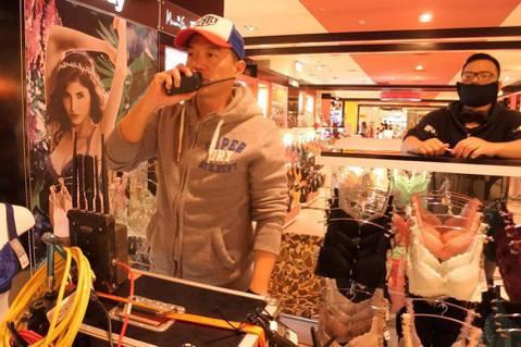 張翰首執導演筒,為了CHOCO TV自製劇「愛情教會我的事」系列首部曲「秘密情人」,每天埋首內衣堆,因劇中女主角袁詠琳是內衣櫃姐。對於第一次當導演,要給自己打幾分?他說:「不敢幫自己打分數,拍完覺得...