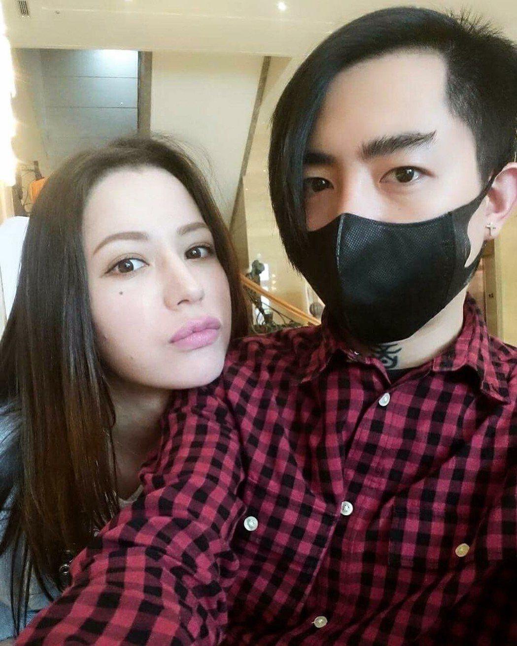 謝和弦(右)與老婆。圖/摘自臉書