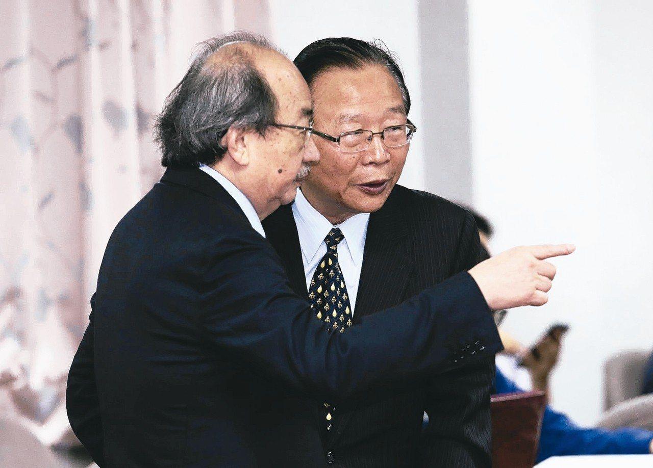 民進黨總召柯建銘(左)、國民黨總召林德福(右)交換意見。 記者許正宏/攝影