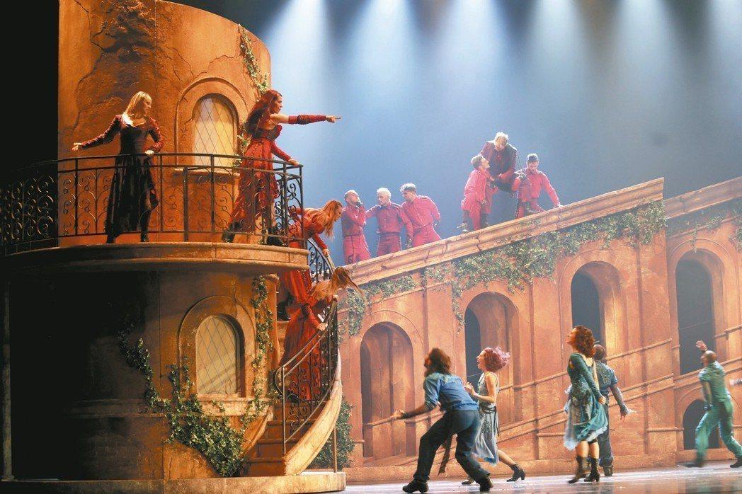 羅密歐與茱麗葉兩家族的對立不止展現在劇情中,也呈現在服裝的設計上。 圖╱聯合數位...