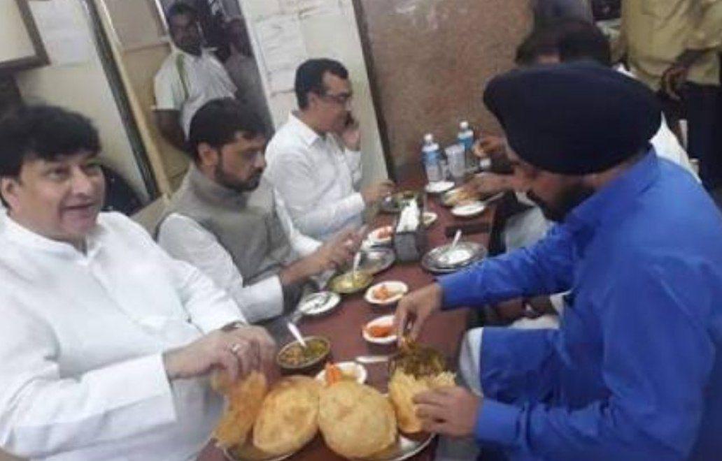 印度國大黨多名高層幹部在絕食開始前大嚼鷹嘴豆、大啖印度煎餅。 圖/取自網路