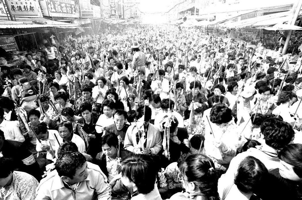 人手一柱香,卅年前大甲媽祖前往北港朝天宮進香時的盛況。 圖/聯合報系資料照片