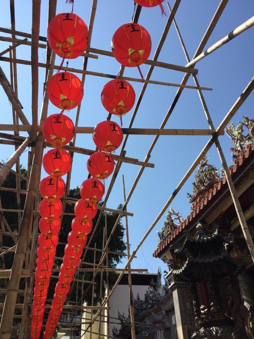 興濟宮吊掛的「保生平安燈」。  興濟宮 提供