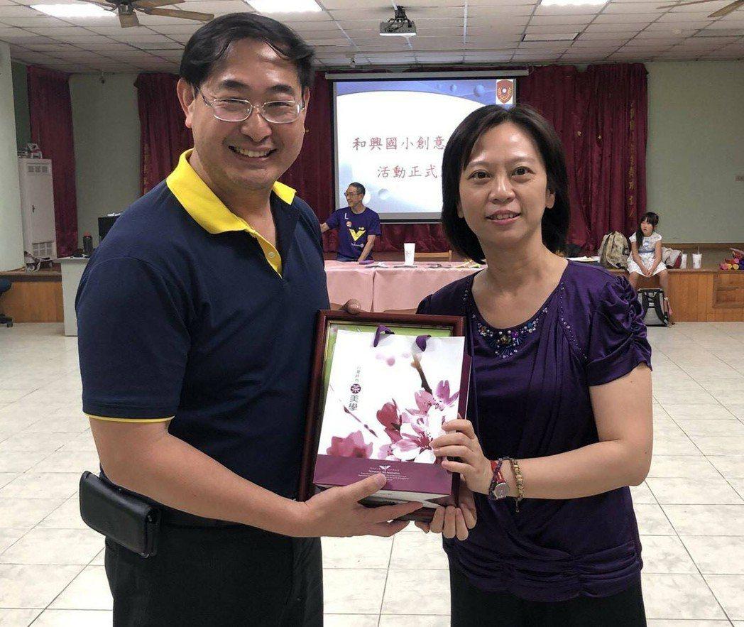 和興國小王校長(右)致贈禮品感謝陸官洪偉清教授(左)。 圖/陸軍官校提供。