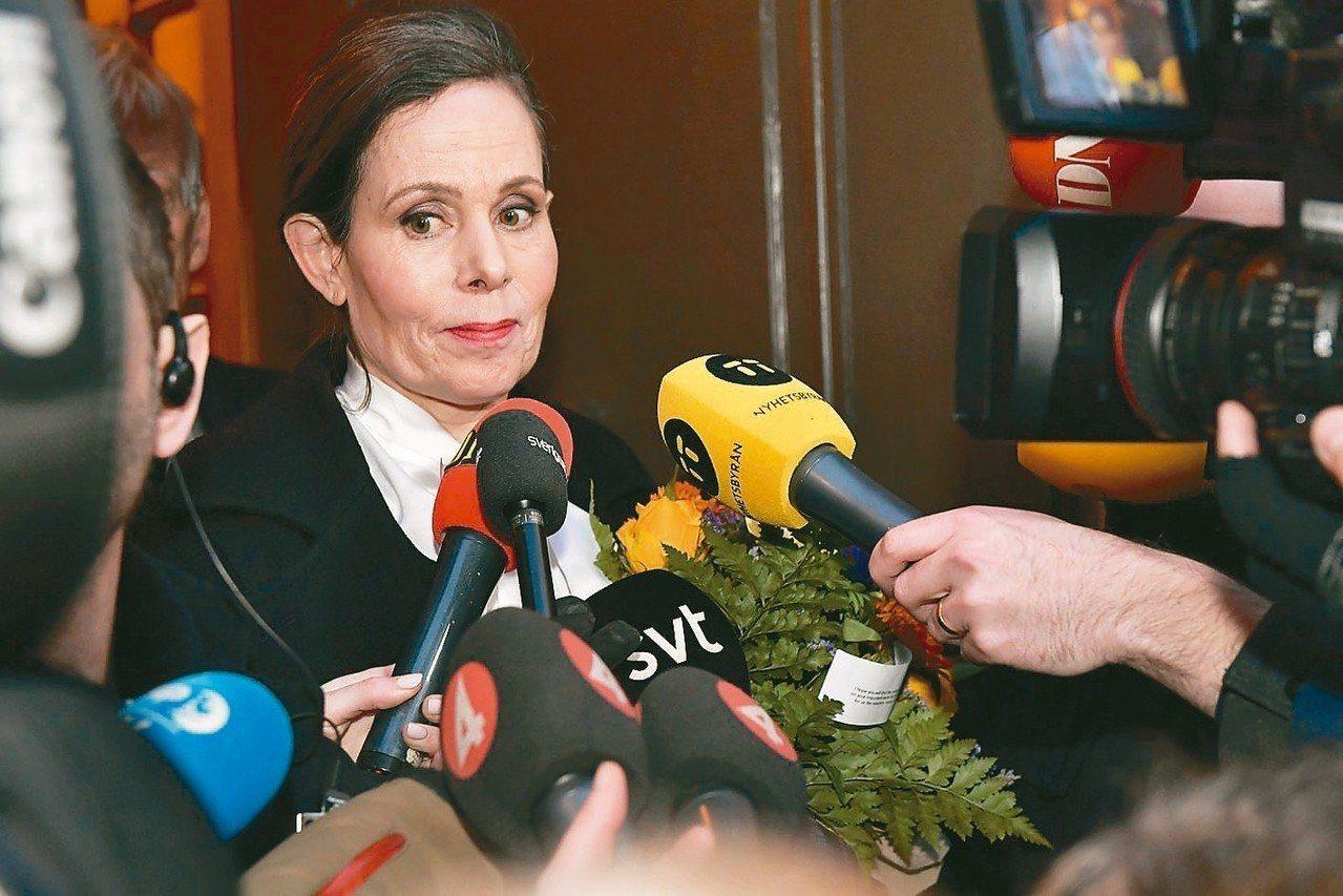 瑞典學院常任秘書長丹紐絲12日宣布辭職。她處置與學院關係密切藝文人士的性醜聞不當...