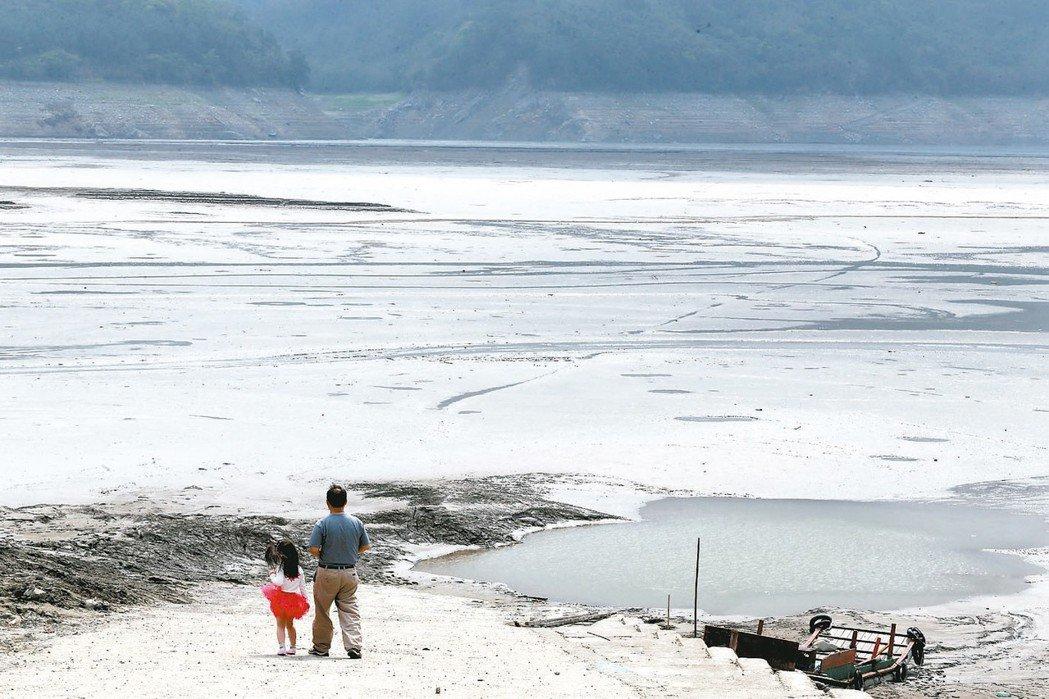 經濟部宣示,2031年將讓13座重要水庫淤積零成長。圖為石門水庫淤積的狀況。 圖...