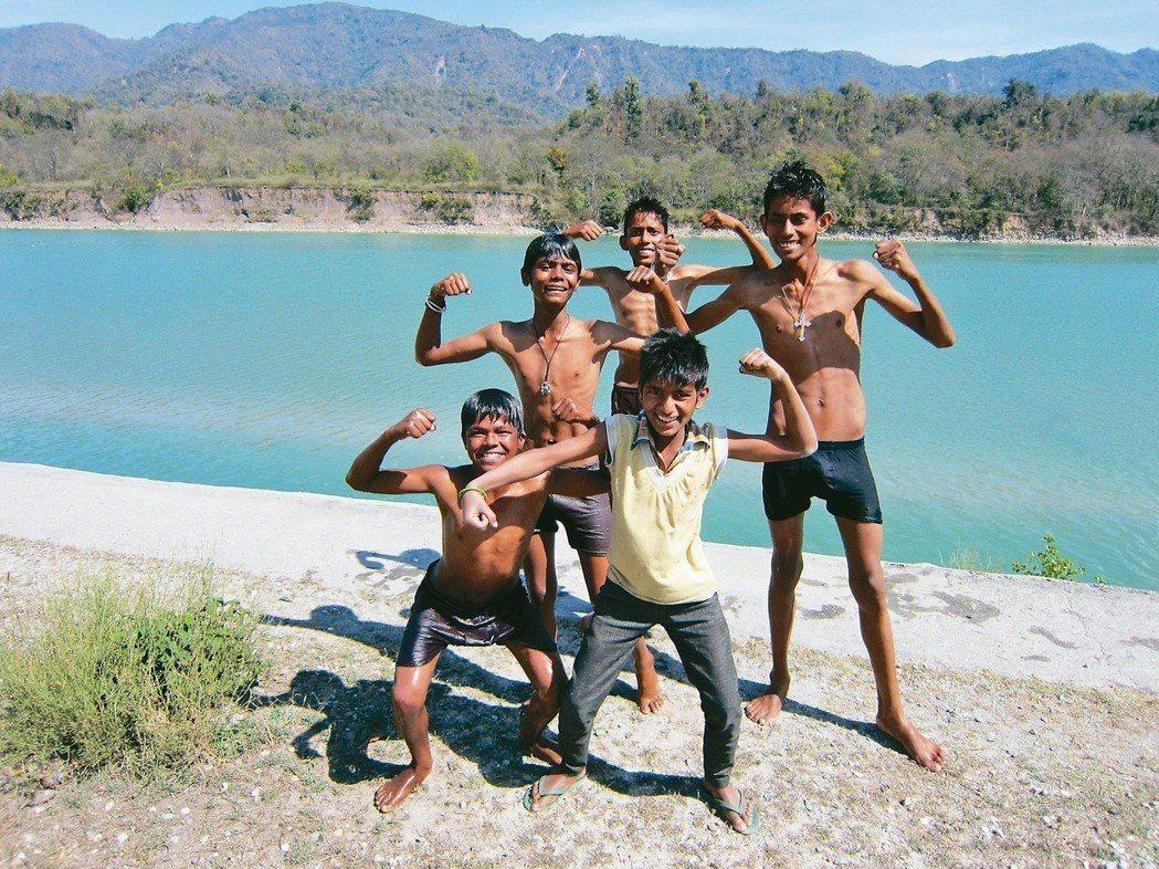 恆河邊巧遇印度男孩。