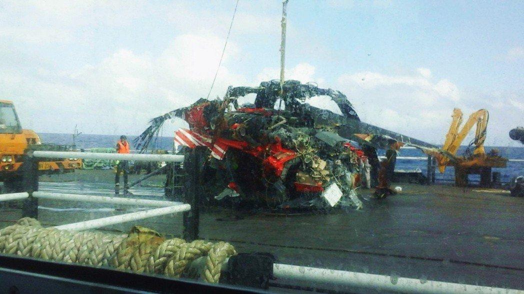 在台東蘭嶼失聯的空勤編號NA-706黑鷹直升機機體殘骸,昨天下午終於在蘭嶼外海約...