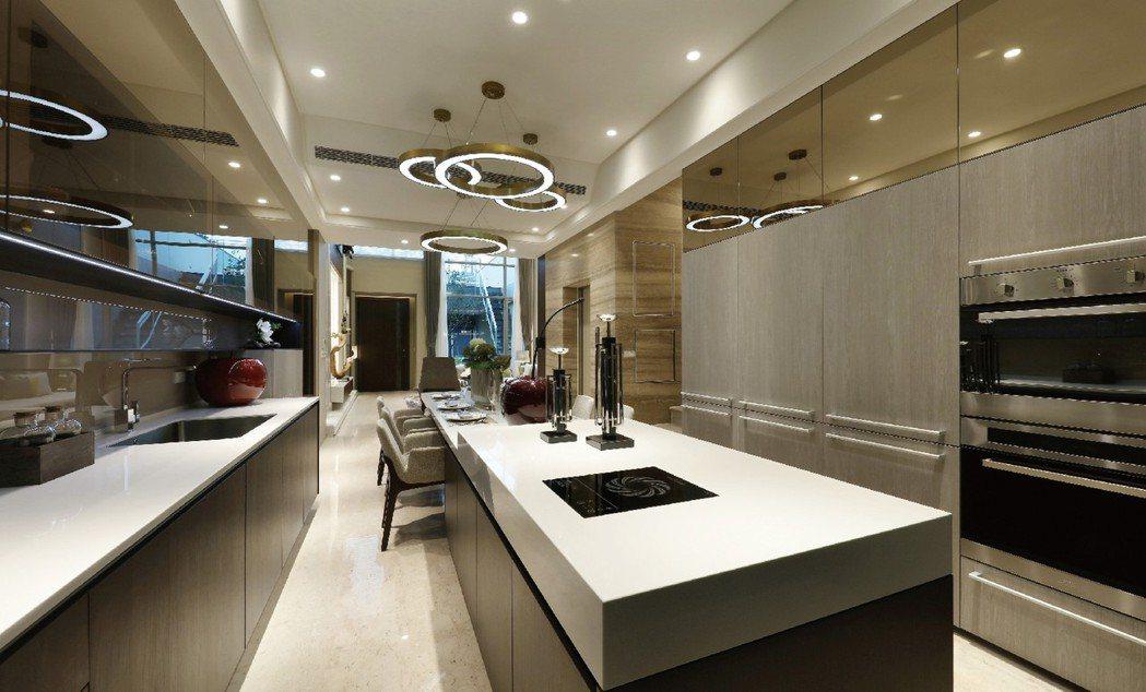 美食殿堂.迎賓盛宴:迎賓廳與廚房連成一氣,直接的採光通風、明亮華堂,成為風與空間...
