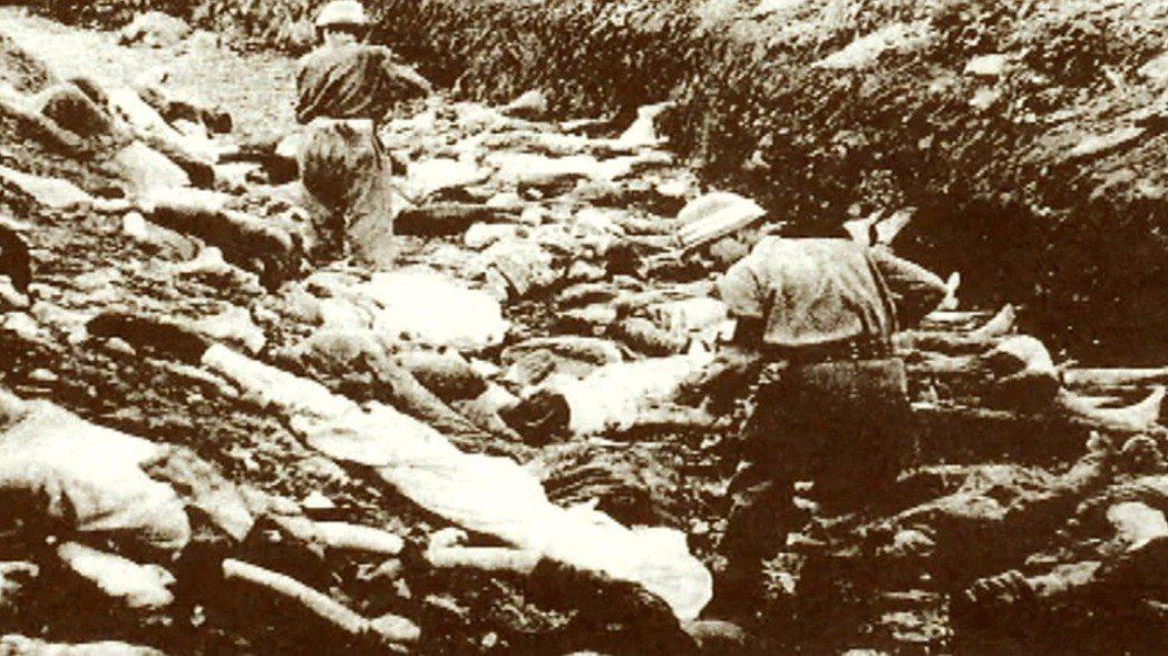 被定調為「叛亂份子」的濟州島民,就這樣被成群處決、屠殺。圖為西北青年團在巡視屍坑...
