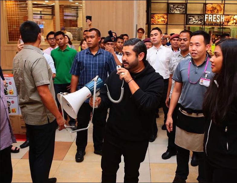 馬來西亞柔佛王儲東姑依斯邁在超市用大聲公宣布現場民眾每人享有台幣22K的免費購物...