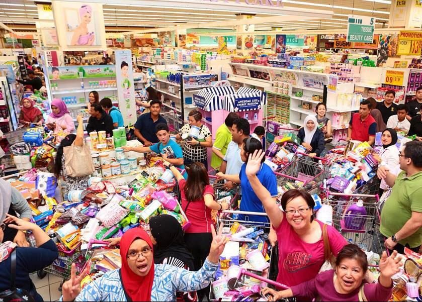 現場民眾聽到消息直呼「吾王萬歲」,開始瘋狂掃貨,據統計高售價的尿布、奶粉和美容產...