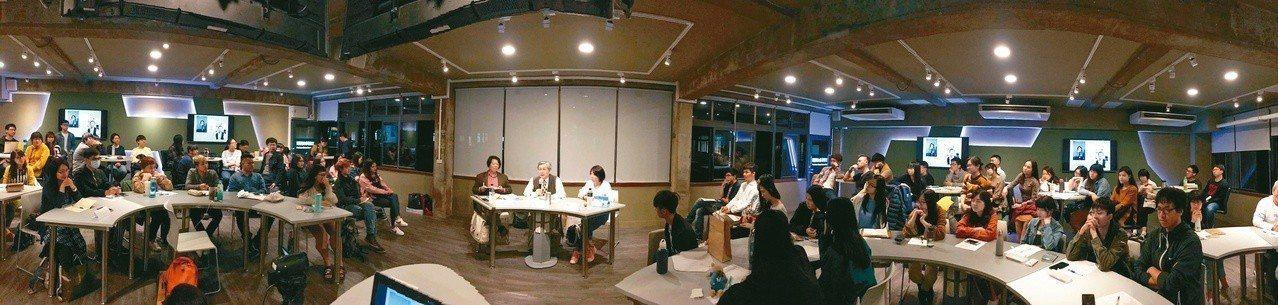 鄭志成、陳雪在東海大學社會學系主講「愛戀世代」,黃崇憲主持。(圖/胡瀚臨攝影)