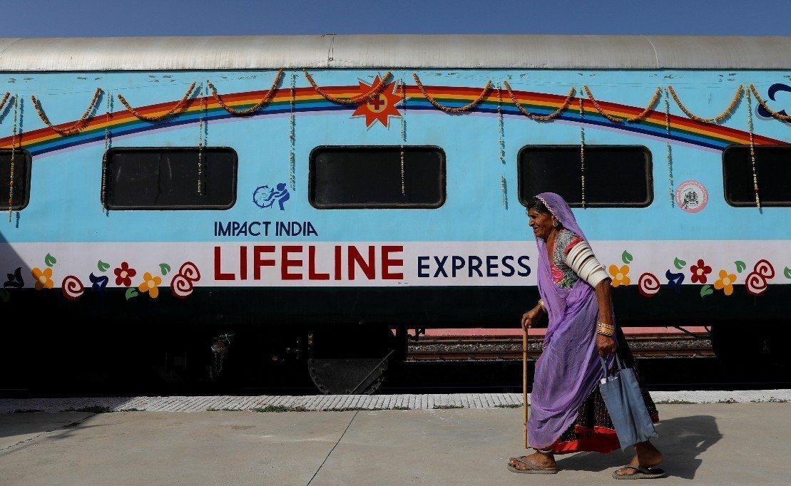 用花環與彩虹裝飾的「生命線特快車」。 圖/路透社