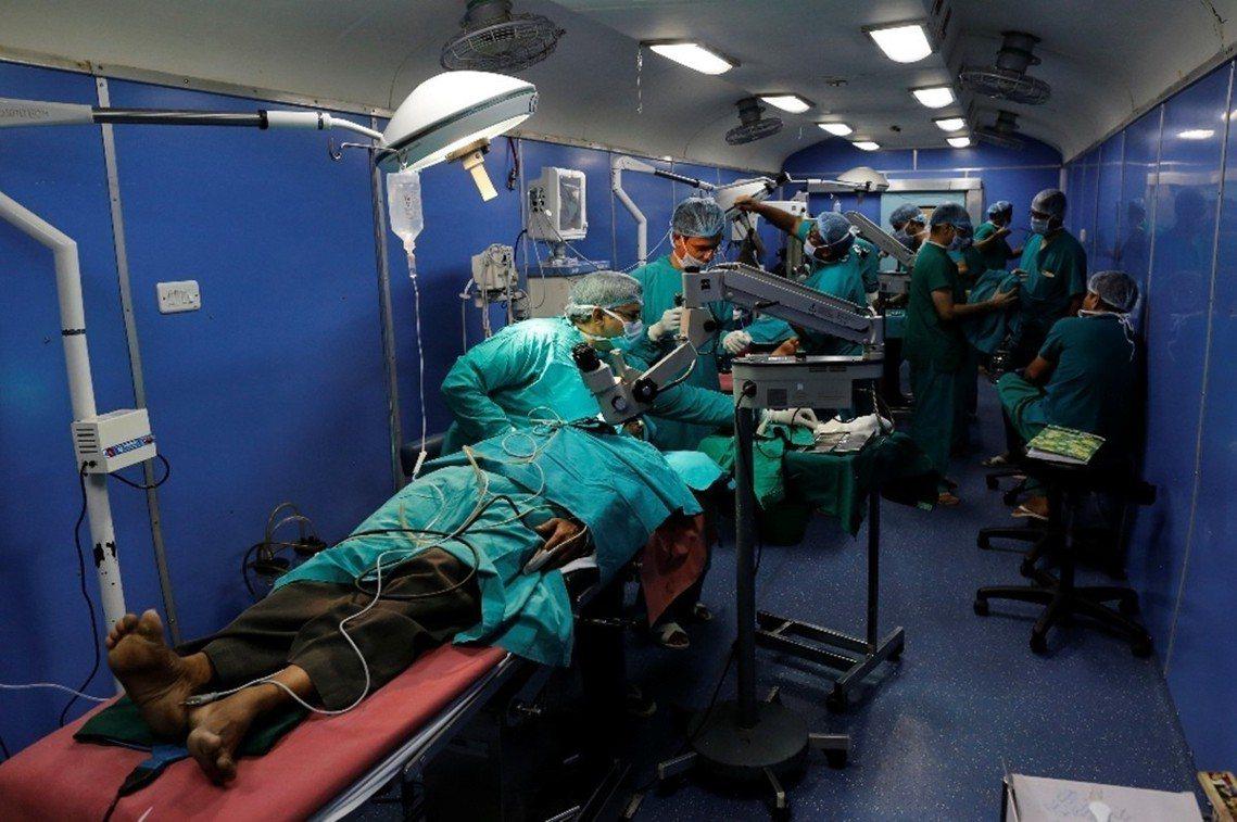 特快車有2間手術室,設備勘比印度公立醫院。 圖/路透社