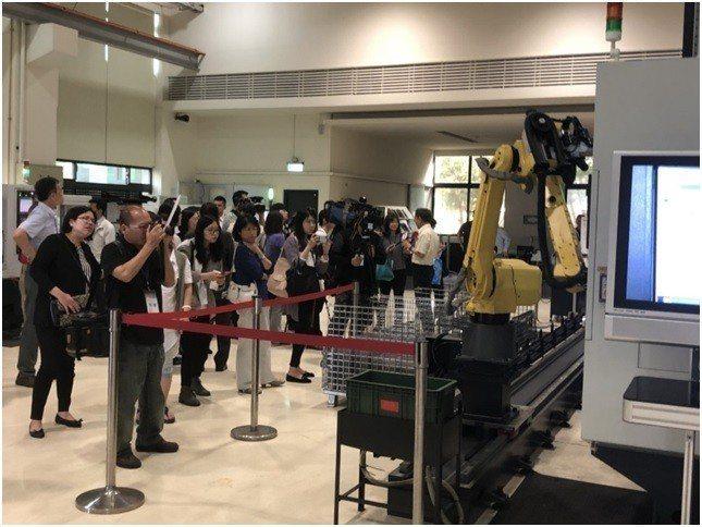 記者團參觀智慧機器人示範生產線。 中科管理局/提供