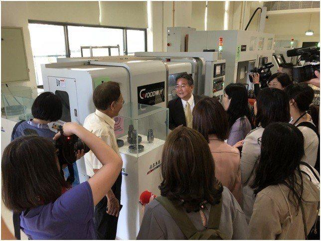 程泰機械公司楊德華董事長說明示範線運用情形。 中科管理局/提供