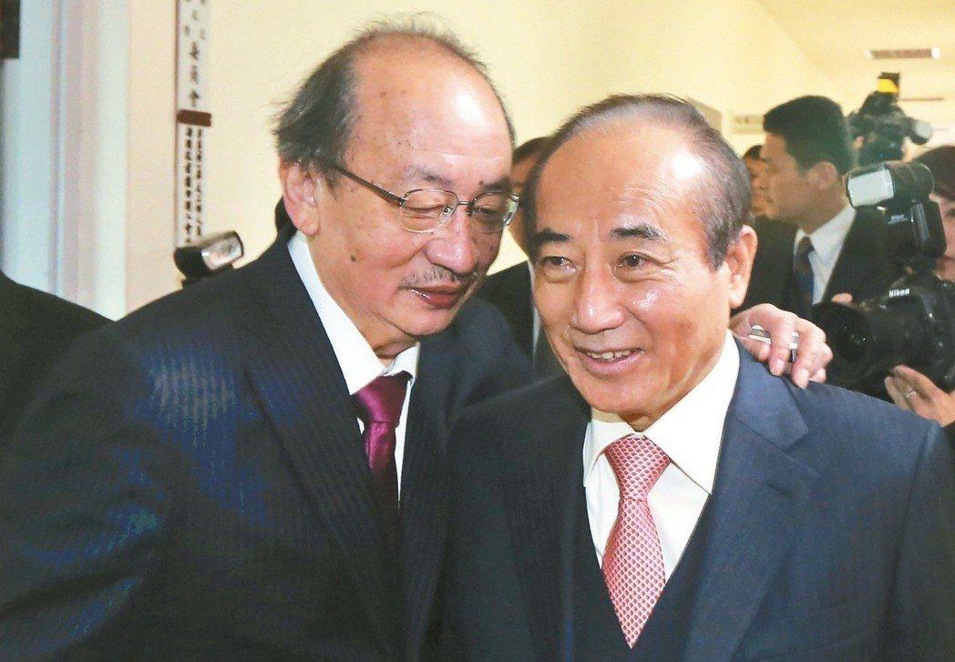王金平(右)不再擔任院長後,柯建銘(左)成為新一波的立法院「黑箱」質疑對象。 圖...