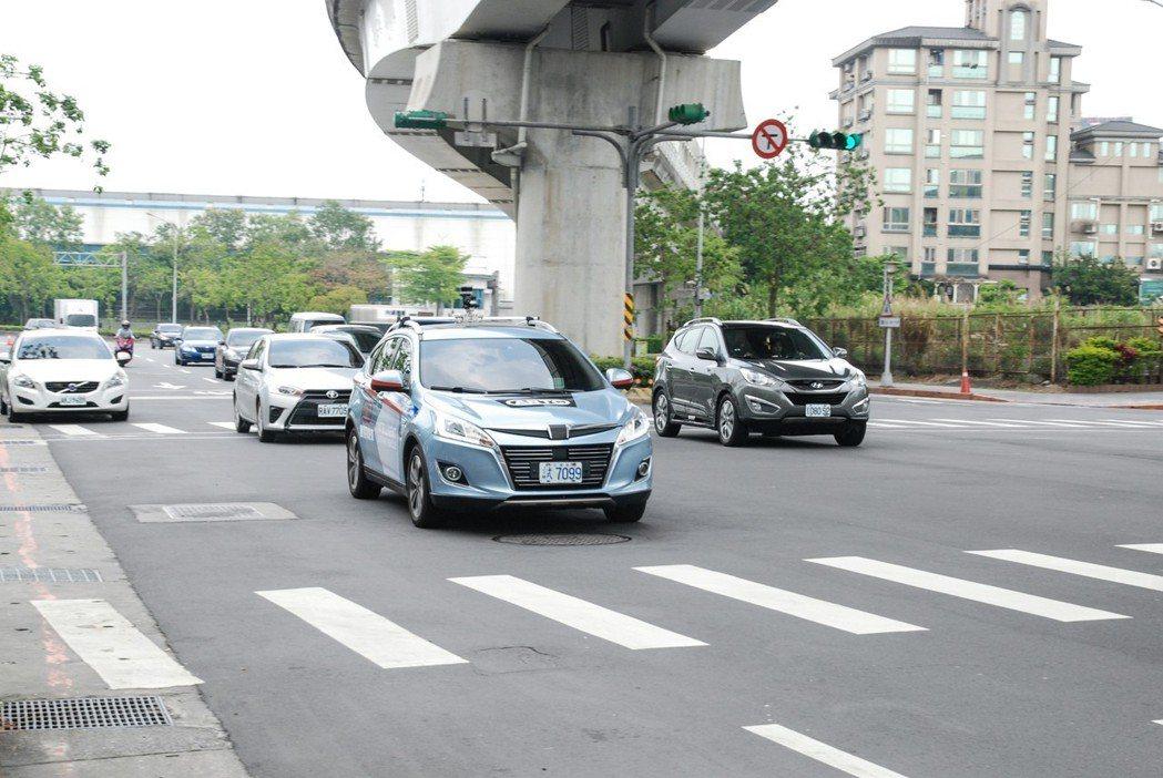 在一般道路體驗方面,U6自動駕駛車今年也於南港展覽館附近實際上路。 記者林鼎智/攝影