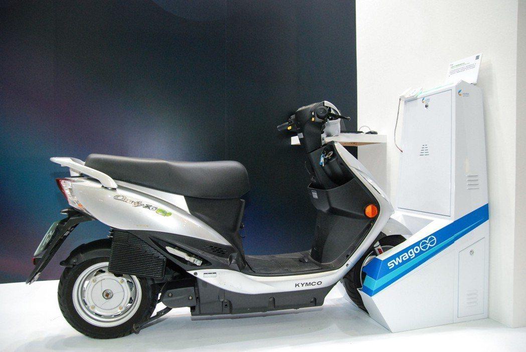 工研院研發的電動機車快充共享系統,只要輕鬆將電動機車推進自動充電座,車輛即自動被夾持鎖固定住,並進行適當充電。整個流程包括自動夾持、鎖固、通訊、智慧充電連續動作一次完成,可在15秒內完成取車與還車,20分鐘內快速充電完畢。 記者林鼎智/攝影