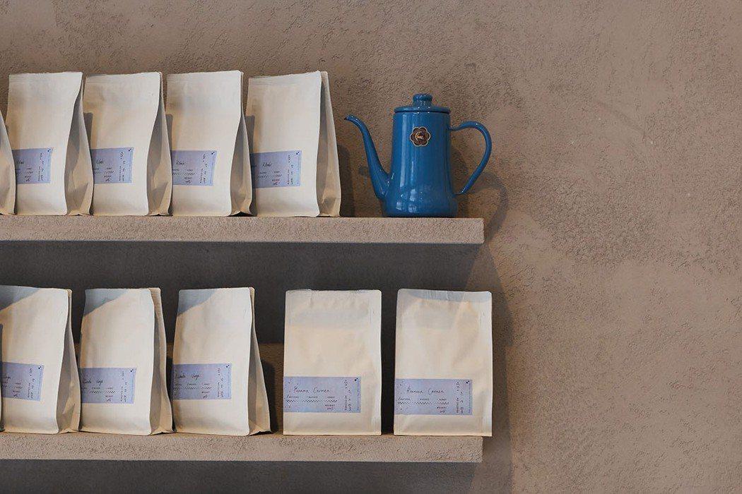 負責人兼烘豆師阿吉所烘的咖啡豆也會陳列在店內販售。