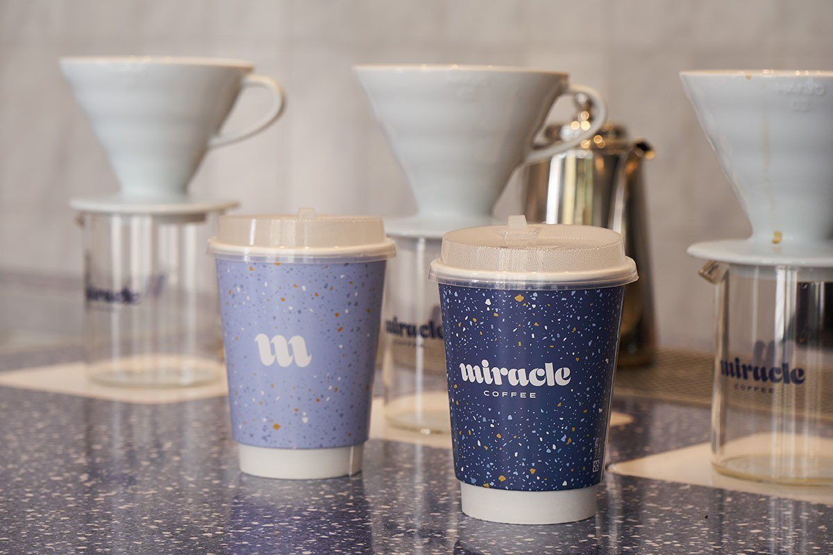 不同於使用公版+貼紙的作法,Miracle提供專屬品牌外帶杯。