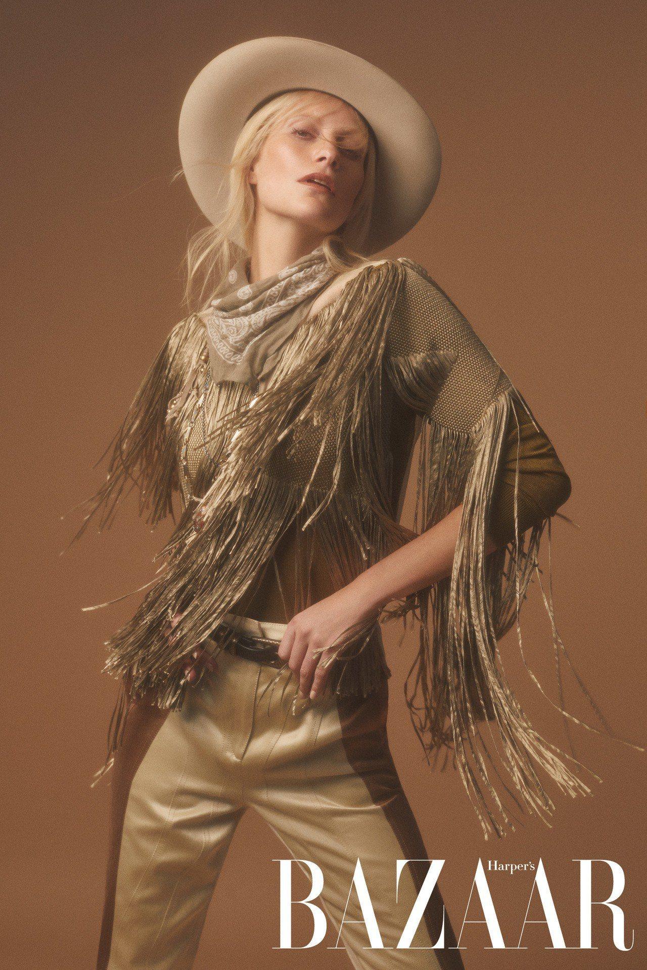 流蘇上衣、長褲、腰帶、項鍊,Bottega Veneta;領巾,Chan Luu...