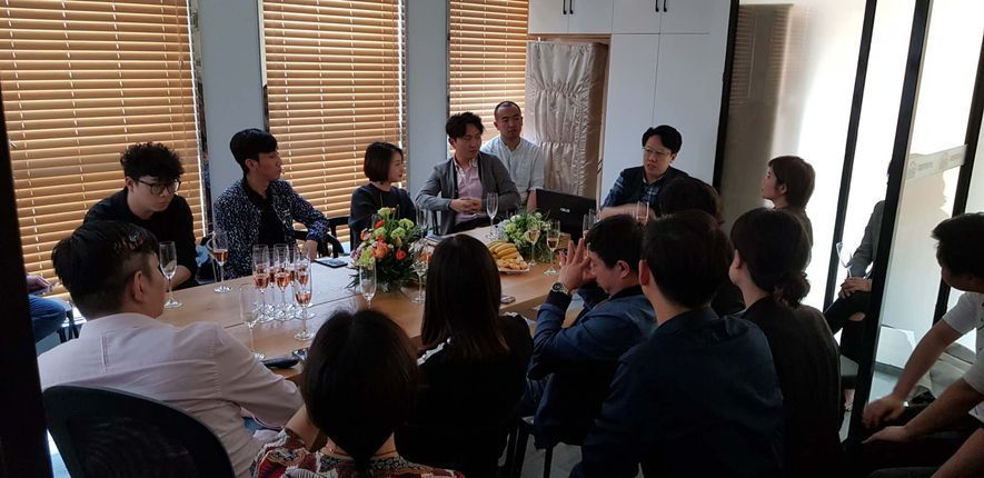 (圖)王總監和參訪宜昌的設計公司,並與眾多設計師們探討輕奢的話題