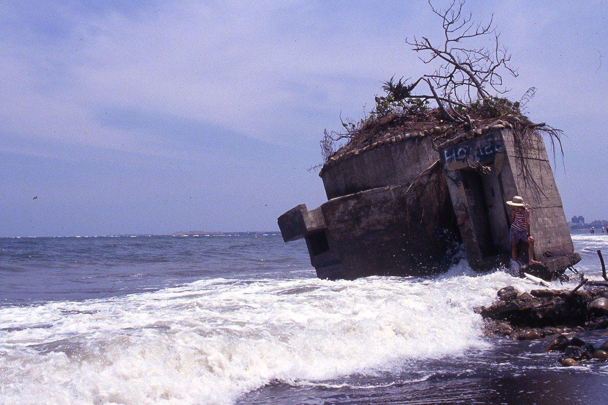 柯金源,《1993臺北八里海岸嚴重侵蝕,碉堡地標變遷》,1993。攝影。©影像權...