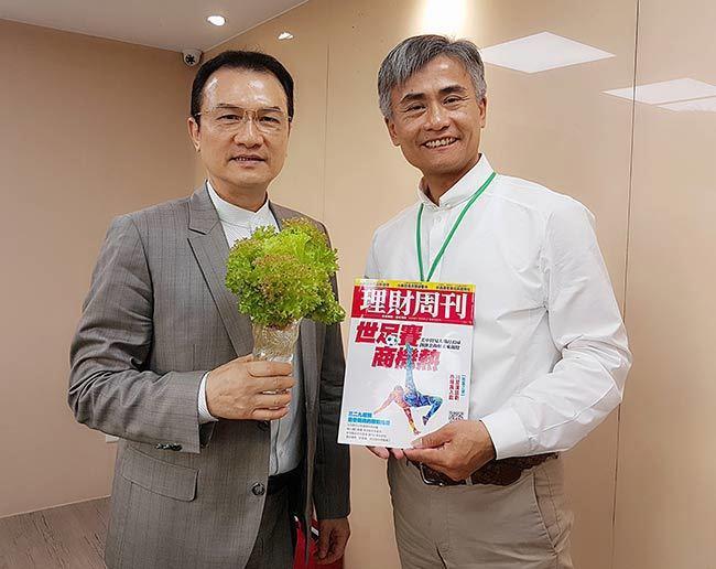源鮮智慧農場創辦人蔡文清(右)與《理財周刊》社長洪寶山(左)合影。