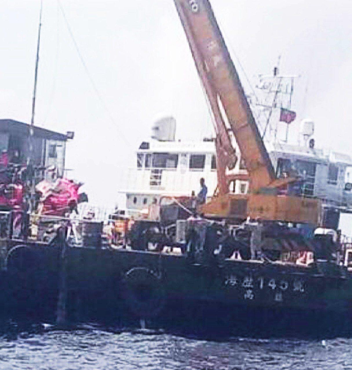 蘭嶼墜海黑鷹直升機昨天下午被打撈上岸,創下國內1000公尺深海成功打撈飛機首例。...