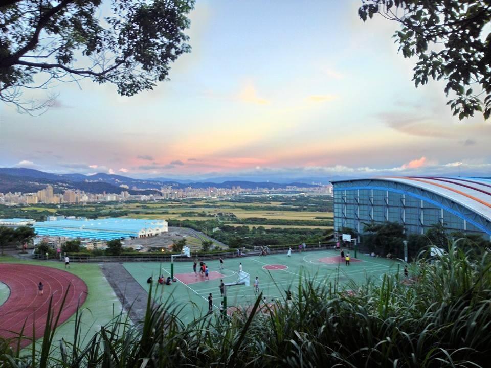 台北藝術大學操場附近也有一小片草原,也滿適合坐在這裡野餐看日落。圖/讀者陳先生提...