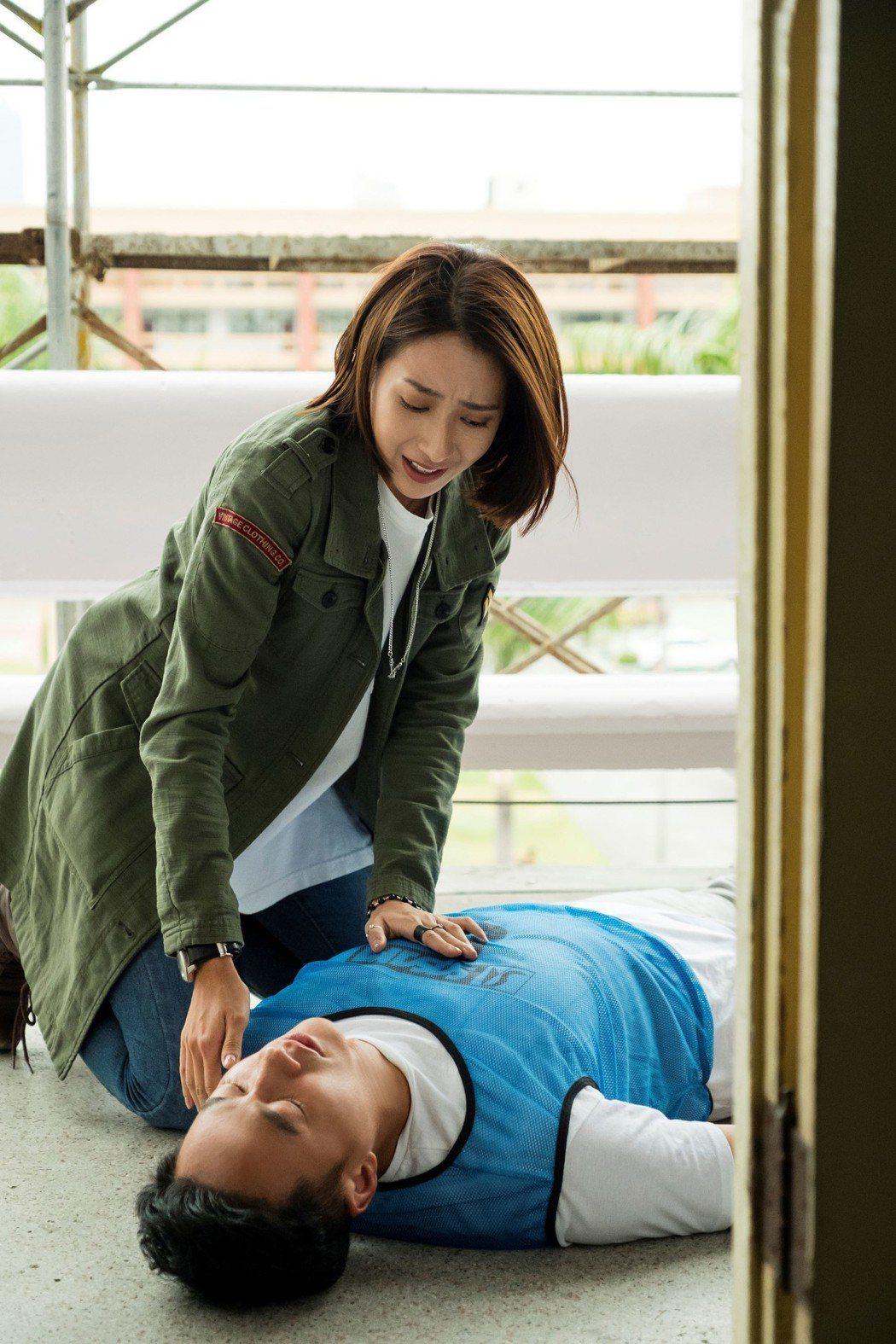 楊晴在戲中對何潤東做心肺復甦術。圖/TVBS 提供