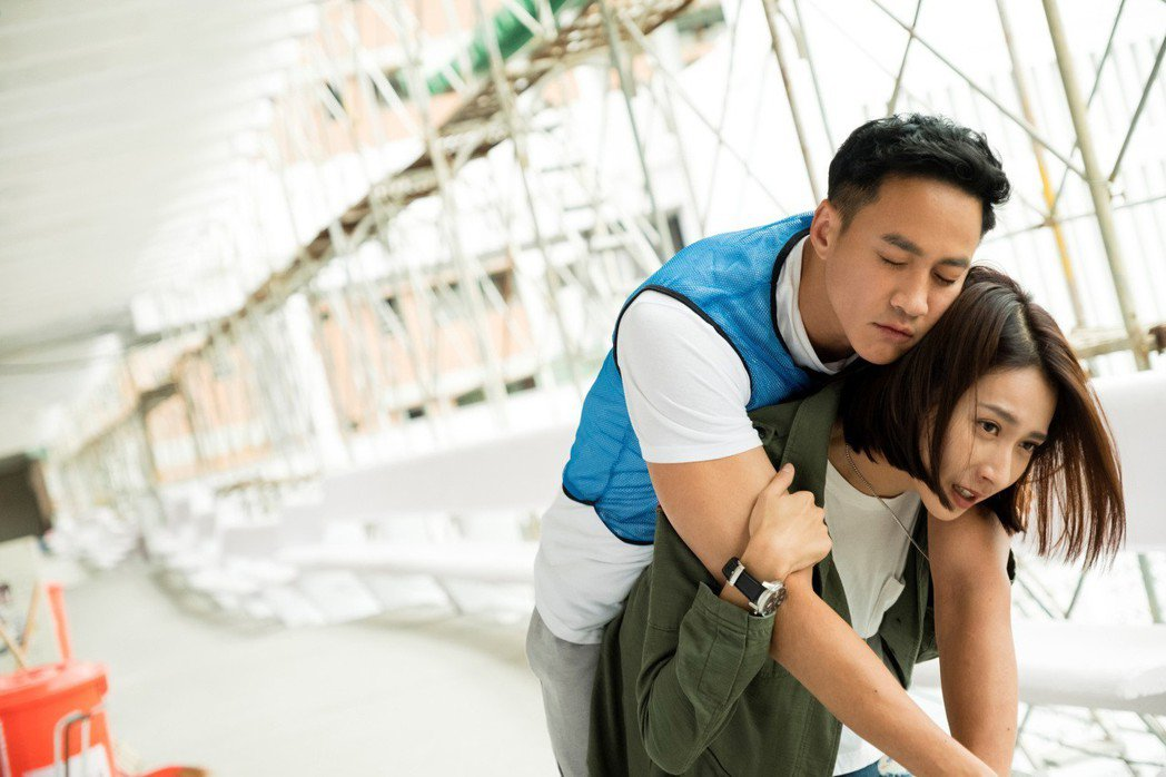 楊晴在戲中背起高大的何潤東求救。圖/TVBS 提供