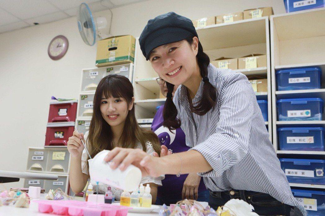 方文琳偕女兒于齊優體驗手工皂製作。圖/民視提供