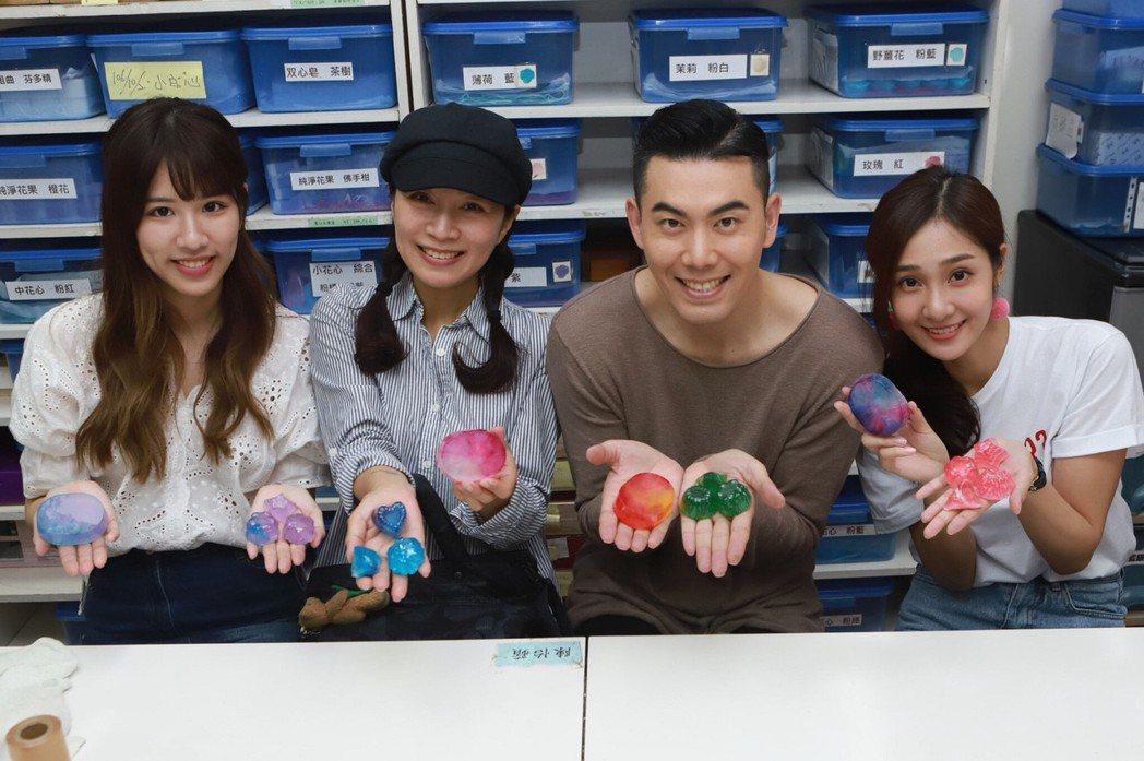于齊優(左起)、方文琳、余秉諺、邱子芯體驗手工皂製作。圖/民視提供