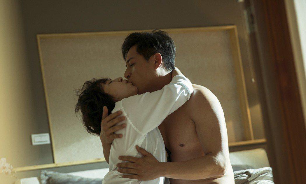 蔡燦得(左)和鄭人碩的激烈床戲,兩人吻得火熱。圖/好威視提供