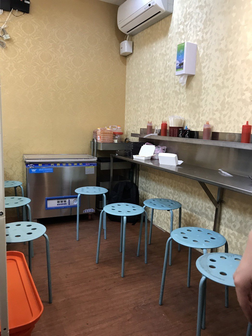林志杰的腸粉店宣告內用區收攤。記者梅衍儂/攝影