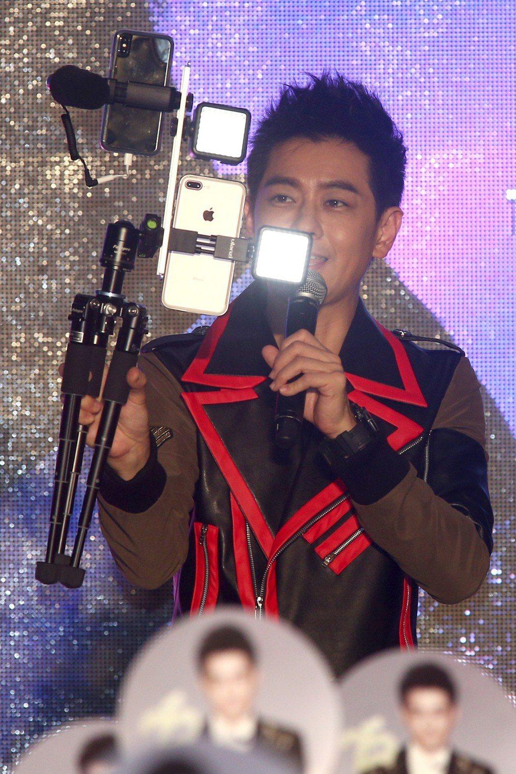 林志穎(圖)在四平街陽光商圈舉行25週年紀念專輯《我的驕傲》MV首映暨簽唱會。記...