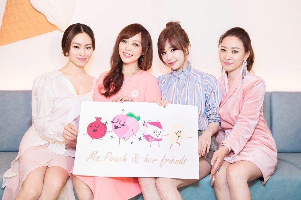 小蜜桃姐姐與好姐妹Rebecca(左起)、王心凌、Cheryl出席家庭餐廳開幕剪...