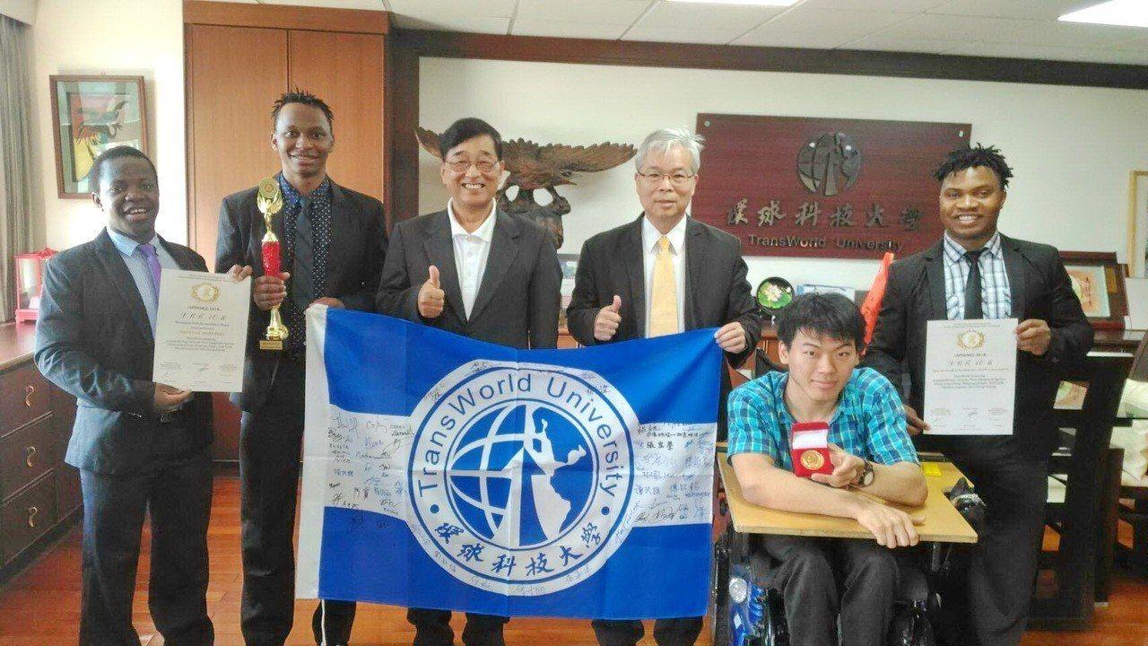 馬拉威台灣夢想團隊四人,一心想幫助馬拉威農民,運用APP藍牙系統成功研發出「聲控...