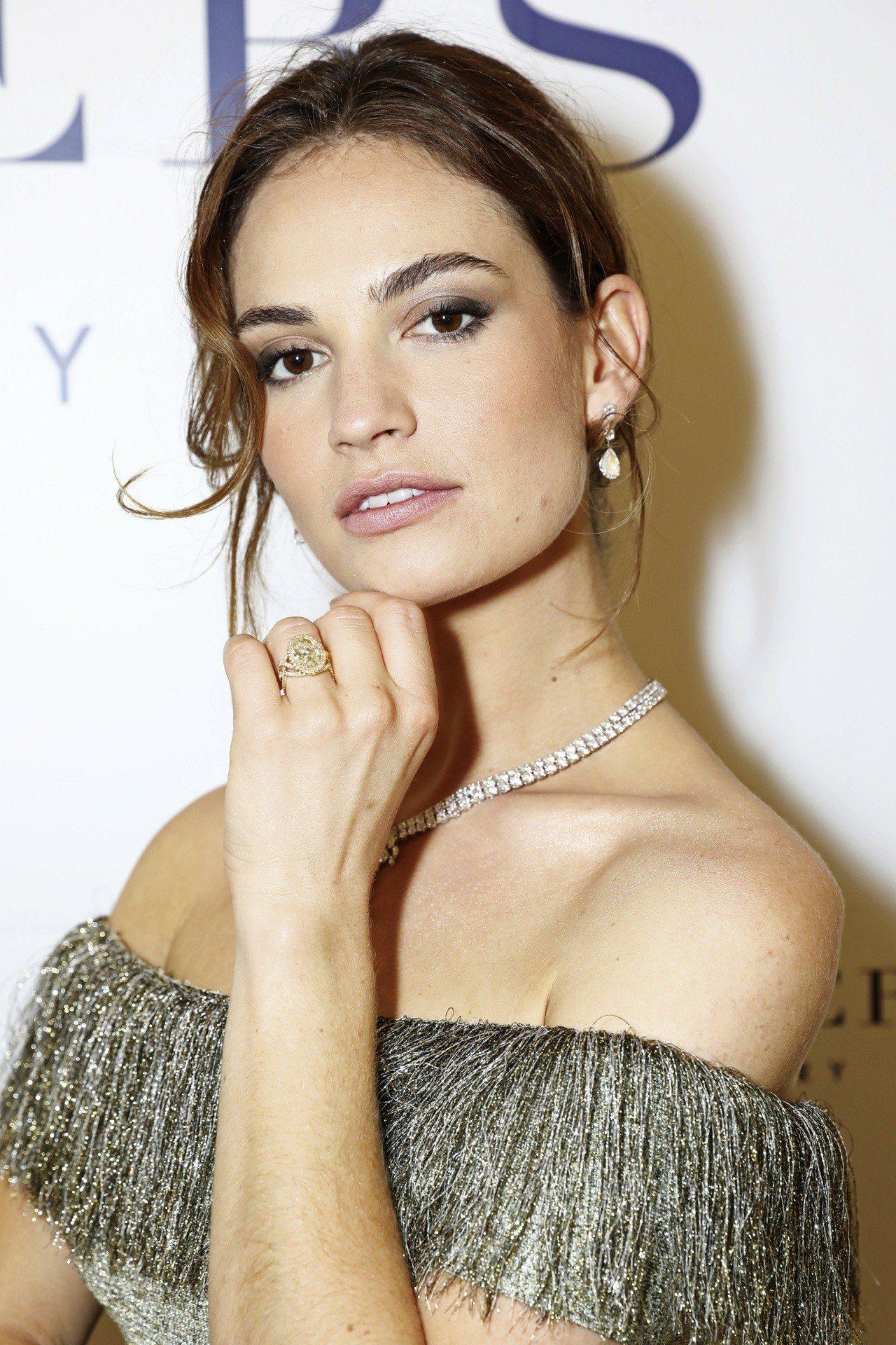 英國知名女星莉莉詹姆斯配戴8.01克拉的De Beers Aella高級珠寶黃鑽...