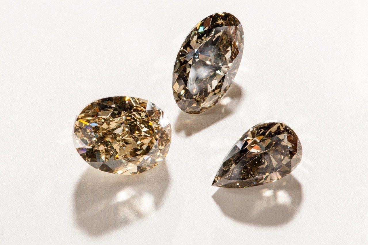 De Beers高級珠寶展中特別為台灣鑽石愛好者帶來多款極為稀有罕見的彩鑽瑰寶。...