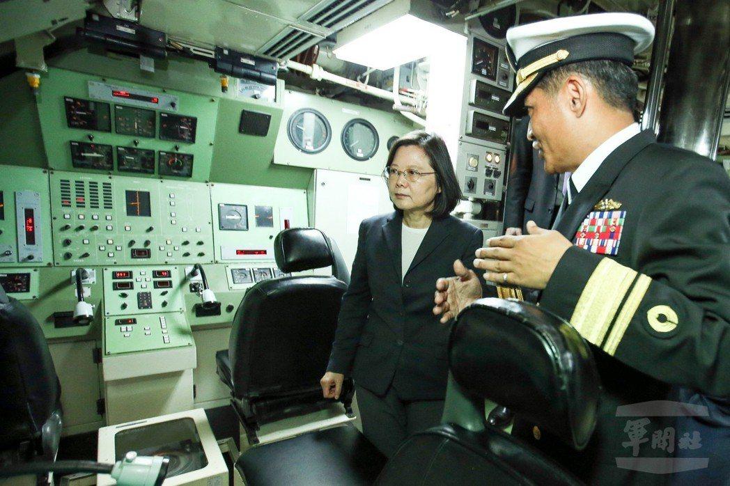 去年3月,蔡英文總統參觀海虎號潛艦。未來性能提升案完成後,操縱室內儀表可能大異其...
