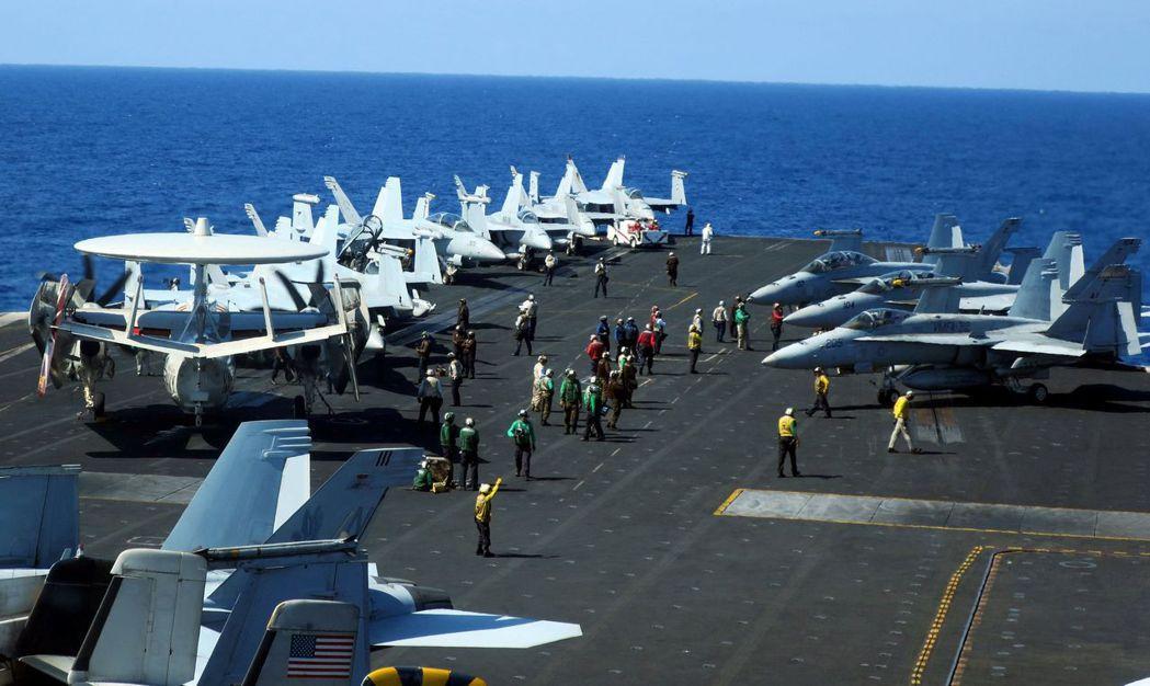 羅斯福號空軍官兵在艦上集合。 (路透)